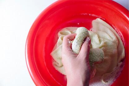 ヘアバンドを手洗いしている画像
