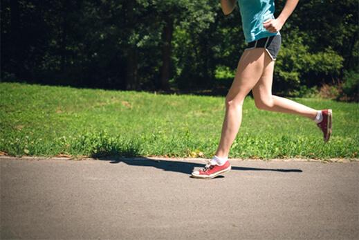 男性がジョギングしている画像