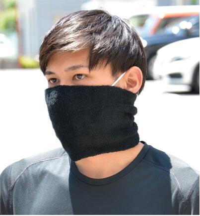 日本製 タック加工のびのびパイルターバンヘアバンドをマスクとして装着する男性