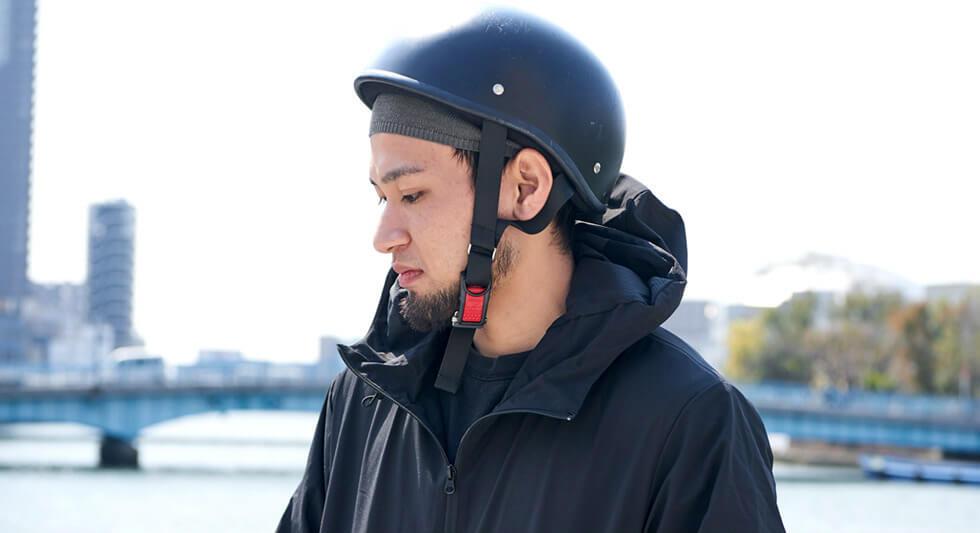 おすすめアイテム1 COOL MAX クールドライ イスラムキャップの上からヘルメットをかぶる男性の横顔