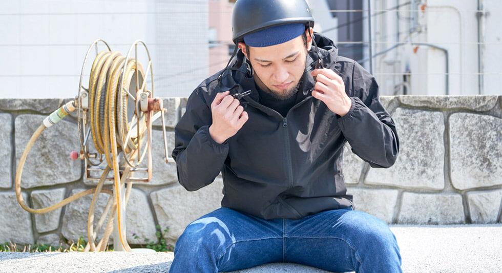 おすすめアイテム1 COOL MAX クールドライ イスラムキャップとヘルメットかぶった男性