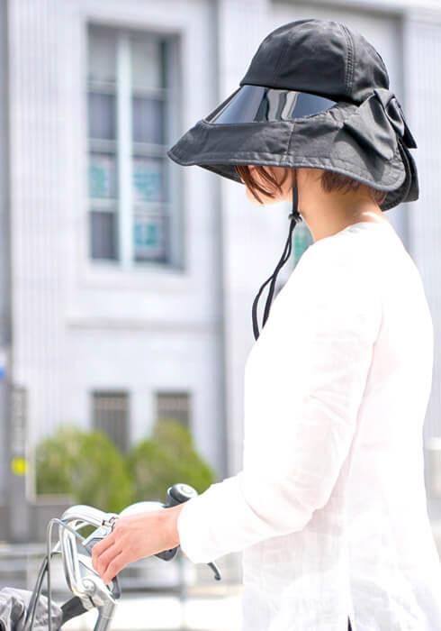 UVカット サンバイザーハットをかぶる女性